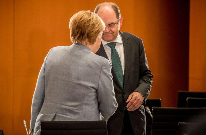 Bundeskanzlerin Angela Merkel (CDU) begrüßt Christian Schmidt (CSU), Bundesminister für Ernährung und Landwirtschaft und kommissarischer Minister für Verkehr und digitale Infrastruktur, am 28.11.2017 in Berlin zur Eröffnung des 2. Dieselgipfels im Kanzleramt. Bei dem Treffen von Bundeskanzlerin Merkel mit Vertretern von Kommunen und Ländern wir über Maßnahmen gegen zu viel Diesel-Abgase in Städten beraten. Foto: Michael Kappeler/dpa +++(c) dpa - Bildfunk+++ | Verwendung weltweit