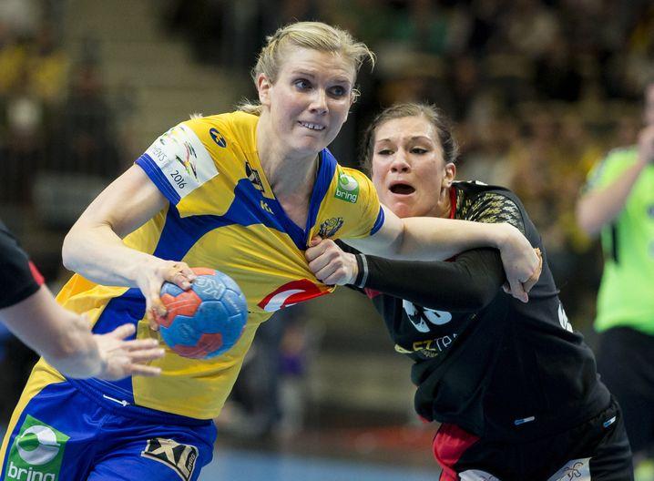 Handball: Länderspiel, Frauen Schweden - Deutschland am 18.03.2017 in Göteborg,Schweden. Jenny Alm (l) aus Schweden in Aktion gegen Julia Behnke (r) aus Deutschland. Foto: Michael Erichsen/Bildbyran via ZUMA Wire/dpa +++(c) dpa - Bildfunk+++ |