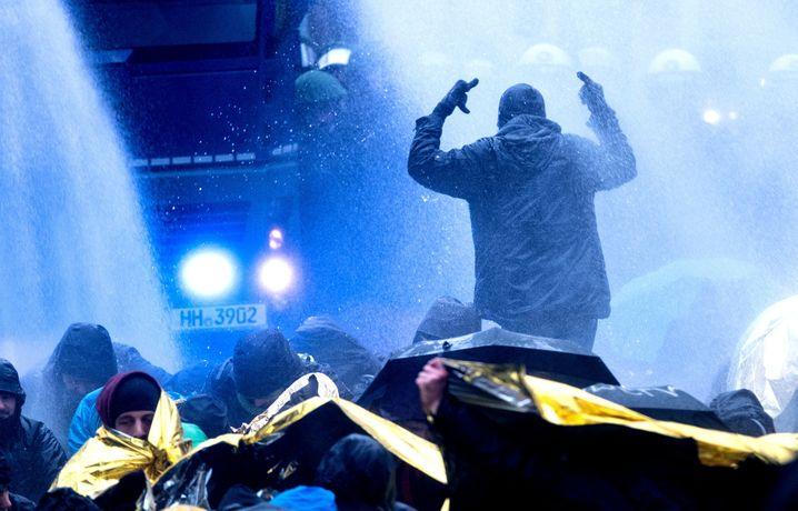dpatopbilder - Mit Wasserwerfern räumen am 02.12.2017 eine von Demonstranten besetze Straße nahe des HCC Hannover Congress Centrum in Hannover (Niedersachsen). Der Bundesparteitag der Alternative für Deutschland findet in Hannover statt. Foto: Peter Steffen/dpa +++(c) dpa - Bildfunk+++ | Verwendung weltweit