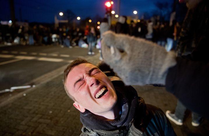 Ein Demonstrant windet sich am 02.12.2017 vor Schmerz, nachdem die Polizei bei einer Demonstration gegen den Bundesparteitag der Alternative für Deutschland in der Nähe vom HCC Hannover Congress Centrum in Hannover (Niedersachsen) Pfefferspray eingesetzt hat. Foto: Julian Stratenschulte/dpa +++(c) dpa - Bildfunk+++ | Verwendung weltweit
