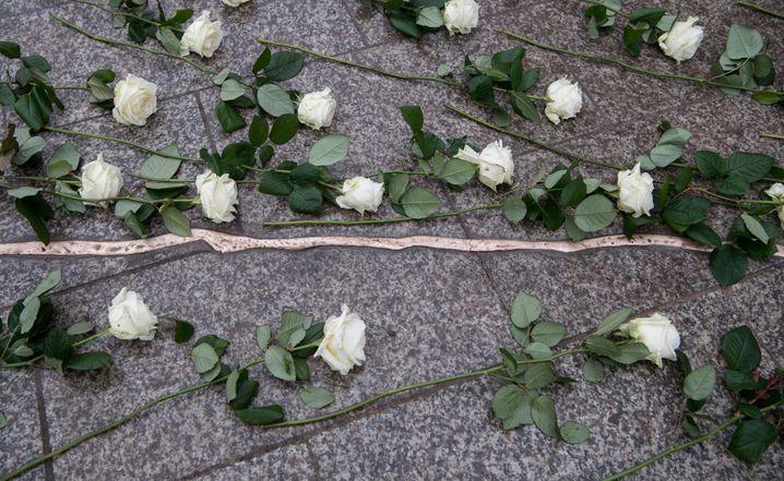Weiße Rosen liegen am 19.12.2017 bei der Einweihung der Gedenkstätte mit einem aus Bronze nachempfundenen Riss im Boden an der Gedächtniskirche auf dem Breitscheidplatz in Berlin auf dem Boden. Bei dem Anschlag vor einem Jahr war der Attentäter Anis Amri mit einem gestohlenen Lastwagen in den Weihnachtsmarkt am Breitscheidplatz gefahren. Zwölf Menschen wurden getötet, fast 100 verletzt. Foto: Bernd von Jutrczenka/dpa +++(c) dpa - Bildfunk+++ | Verwendung weltweit