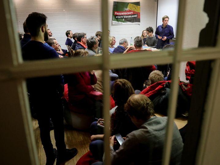 Der Juso-Bundesvorsitzende Kevin Kühnert spricht am 16.01.2018 in Berlin bei einer Mitgliederversammlung der SPD-Friedenau mit den Teilnehmern. Kühnert diskutierte mit den Teilnehmern die Ergebnisse der Sondierungsverhandlungen von SPD und CDU/CSU. Foto: Kay Nietfeld/dpa +++(c) dpa - Bildfunk+++   Verwendung weltweit