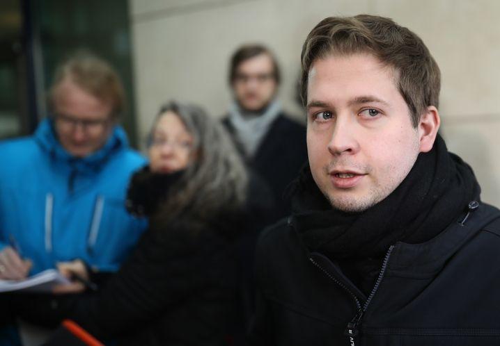 04.03.2018, Berlin: Juso-Chef Kevin Kühnert steht nach der Verkündung des SPD-Mitgliedervotums in der SPD-Zentrale. Foto: Michael Kappeler/dpa +++(c) dpa - Bildfunk+++ | Verwendung weltweit