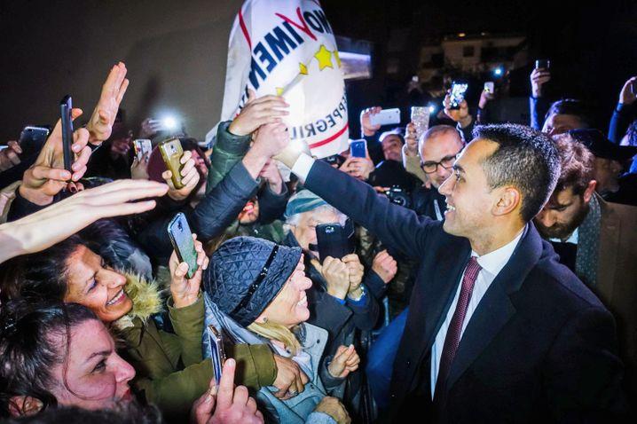 dpatopbilder - 06.03.2018, Italien, Volla: Luigi DiMaio, Spitzenkandidat der Fünf-Sterne-Bewegung, feiert mit seinen Anhängern nach der Wahl. Nach dem Triumph antieuropäischer Parteien bei der Wahl in Italien ist die schwierige Suche nach einer stabilen Regierung in vollem Gange. Foto: Cesare Abbate/ANSA/dpa +++(c) dpa - Bildfunk+++  