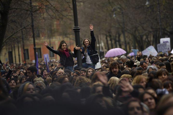 08.03.2018, Spanien, Pamplona: Zahlreiche Leute nehmen an einer Kundgebung und an einem Marsch zur Feier des Internationalen Frauentags teil. Foto: Alvaro Barrientos/AP/dpa +++(c) dpa - Bildfunk+++ |