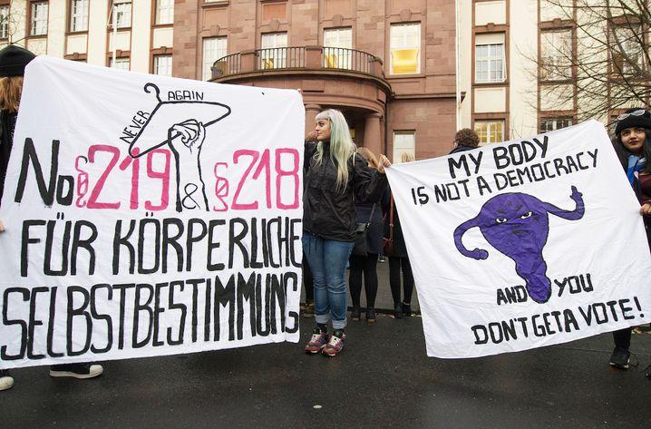 Mit Transparenten sprechen sich Demonstrantinnen am 24.11.2017 vor dem Amtsgericht in Gießenn (Hessen) für eine Abschaffung des Abtreibungsparagafen 218 und den Paragrafen 219 aus. Im Gericht muss sich die Ärztin Kristina Hänel verantworten. Sie soll auf ihrer Homepage für Abtreibung geworben haben und sich damit strafbar haben. Foto: Boris Roessler/dpa +++(c) dpa - Bildfunk+++ | Verwendung weltweit