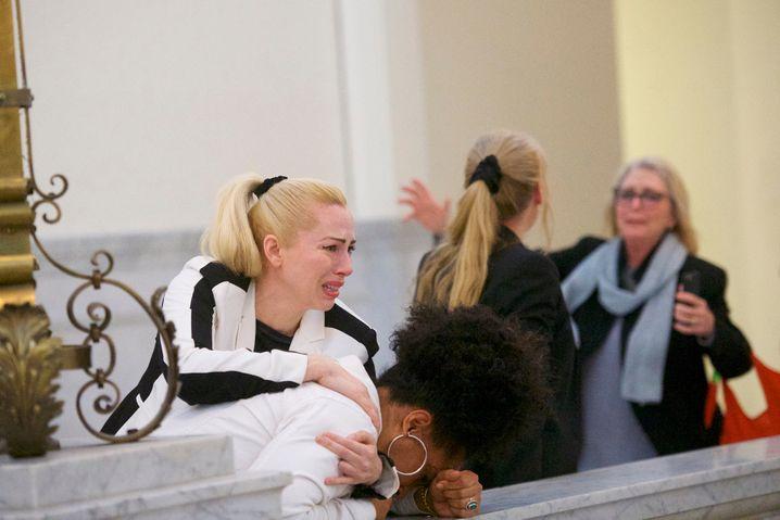 26.04.2018, USA, Pennsylvania, Norristown:Die Klägerinnen Caroline Heldman (l-r), Lili Bernard und Victoria Valentino (r) imProzess gegen Schauspieler und Entertainer Bill Cosby reagieren nach dem Jury-Urteil. Cosby ist in seinem Prozess wegen sexueller Nötigung schuldig gesprochen worden. Foto: Mark Makela/Pool Getty Images North America/AP/dpa +++(c) dpa - Bildfunk+++ |