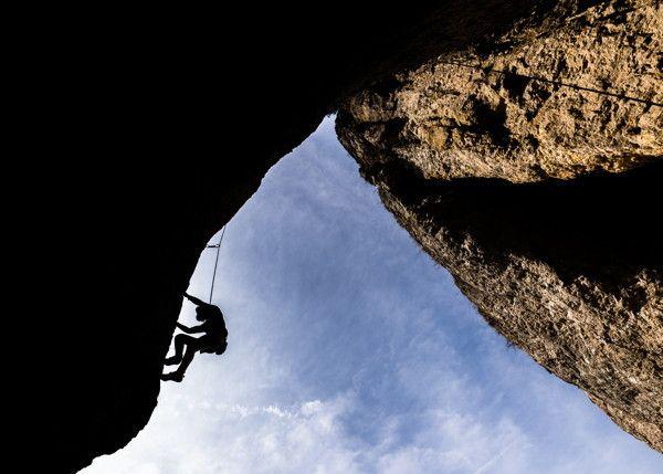 Sophie aus Erlangen klettert am 12.04.2015 bei Loch (Bayern) eine Felswand hinauf. Die Fränkische Schweiz ist ein wahrhaftes Kletter-Mekka. Die milden Temperaturen laden zu sportlichen Tagen ein. Foto: Nicolas Armer/dpa +++(c) dpa - Bildfunk+++ | Verwendung weltweit