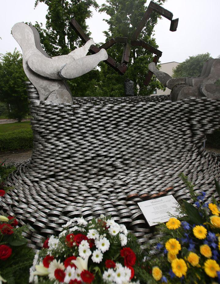 Kränze liegen am 29.05.2013 in Solingen (Nordrhein-Westfalen) am Mahnmal für den Brandanschlag von 1993. Am 20. Jahrestag des Brandanschlages von Solingen kamen Politiker, Verbandsvertreter und Angehörige zu Gedenkveranstaltungen zusammen. Bei dem Brandanschlag auf das Haus der Familie Genç 1993 starben fünf Frauen und Mädchen. Foto: Oliver Berg/dpa +++(c) dpa - Bildfunk+++ | Verwendung weltweit