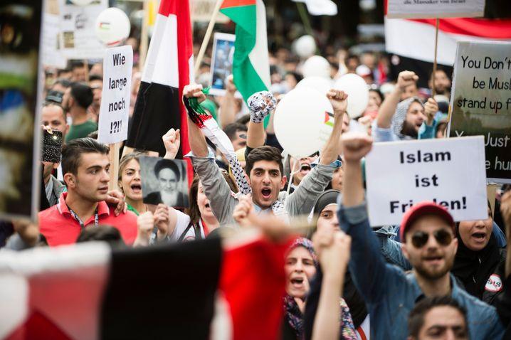 ARCHIV - Teilnehmer einer Pro-Palästina-Demo marschieren am 11.07.2015 anlässlich des Al-Kuds-Tag über den Kurfürstendamm in Berlin. Foto: Gregor Fischer/dpa (zu Vorbericht dpa vom 01.07.2016) +++(c) dpa - Bildfunk+++ | Verwendung weltweit