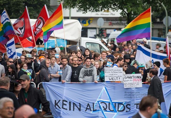 Pro-Israel-Aktivisten demonstrieren am 25.07.2014 gegen eine Veranstaltung anlässlich des Al-Kuds-Tag in Berlin. 1979 hatte der iranische Revolutionsführer Ajatollah Khomeini dazu aufgerufen, Jerusalem von zionistischen Besatzern zu befreien. Al-Kuds ist der arabische Name für Jerusalem.Foto: Hannibal/dpa +++(c) dpa - Bildfunk+++ |