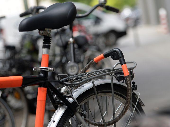 ARCHIV - Fahrräder stehen am 16.07.2014 an einer Straße in Berlin. Bei der Aufklärungsquote für Fahrraddiebstähle liegt Berlin auf dem vorletzten von 100 Plätzen. Foto: Britta Pedersen/dpa (zu dpa: «Aufklärungsquote für Fahrraddiebstähle - Berlin ist Vorletzter» vom 15.06.2016) +++(c) dpa - Bildfunk+++   Verwendung weltweit