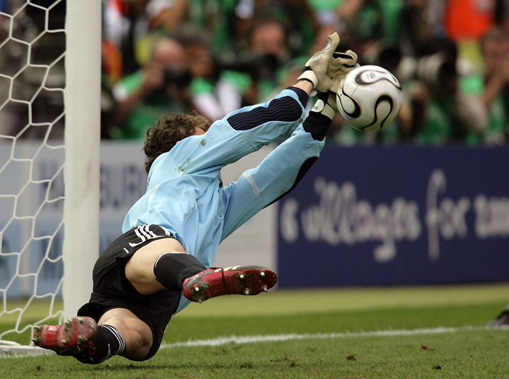 German keeper Jens Lehmann catches the ball during the penalty shoot-out in the quarter final of the 2006 FIFA World Cup between Germany and Argentina in the Olympic Stadium in Berlin, Germany, Friday 30 June 2006. Germany wins 4-2 on penalty shoot-out. DPA/OLIVER BERG +++ Mobile Services OUT +++ Please refer to FIFA's Terms and Conditions. +++(c) dpa - Bildfunk+++ | Verwendung weltweit
