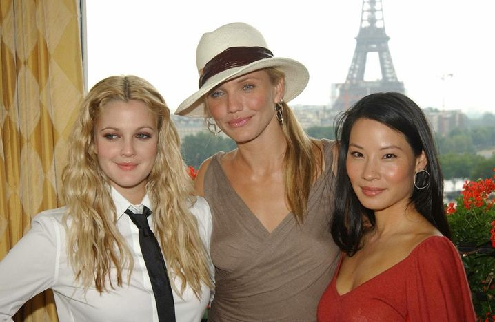 FILE - US actresses Drew Barrymore (L), Cameron Diaz (C), and Lucy Liu (R), stars of the newly-released Charlie's Angels film Full Throttle, are pictured in front of the Eiffel Tower in Paris, France, 30 June 2003. Foto: PIERRE VILLARD/dpa (zu dpa-Korr «Ein kleines Mädchen wird 40: Drew Barrymore hat Geburtstag» vom 20.02.2015) +++(c) dpa - Bildfunk+++ |