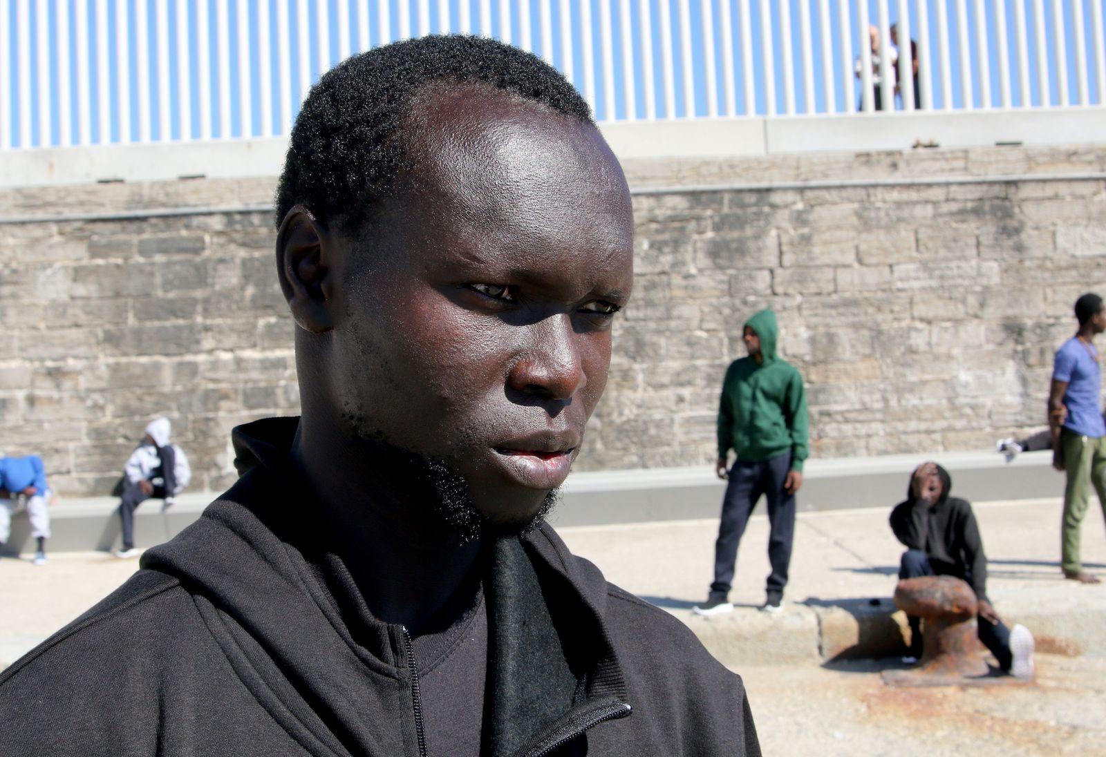 Yussuf 24 Aus Dem Senegal Will In Europa Geld Verdienen Um Seiner Mutter Und Seinen Zwei Schwestern Zu Helfen