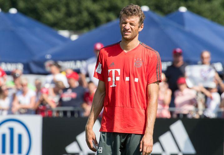 03.08.2018, Bayern, Rottach-Egern: Thomas Müller vom FC Bayern München kneift beim Training die Augen zusammen. Der Verein befindet sich für ein einwöchiges Trainingslager am Tegernsee. Foto: Peter Kneffel/dpa +++ dpa-Bildfunk +++ | Verwendung weltweit