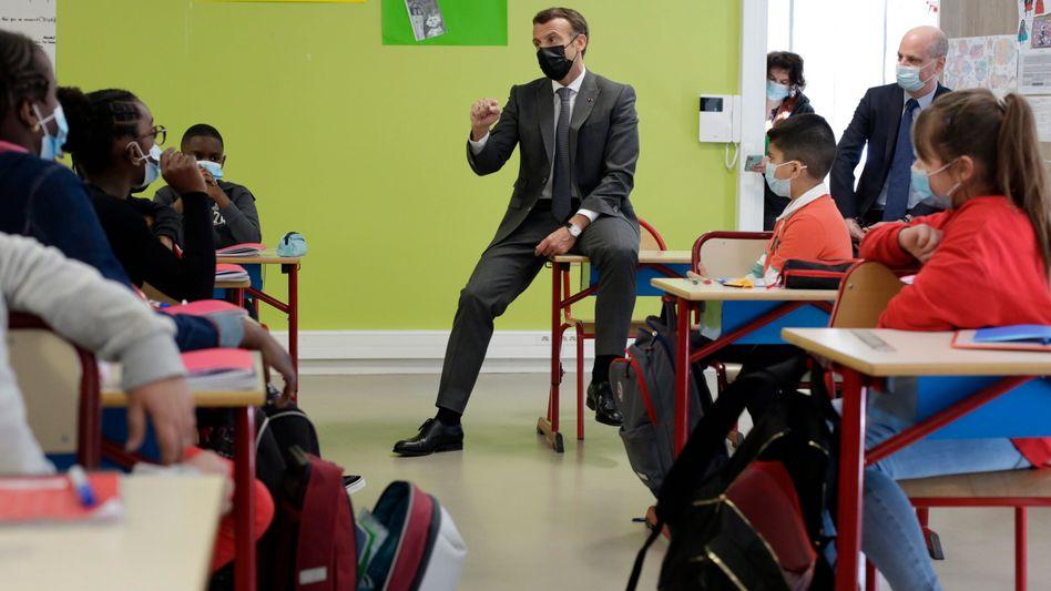 Frankreichs Präsident Emmanuel Macron und Bildungsminister Jean-Michel Blanquer zu Besuch in einer Schule (Archiv)