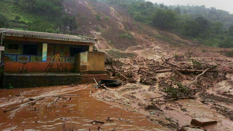 Bilder der Unfallstelle nahe Pune: Nach Regenfällen stürzte ein ganzer Hang ab