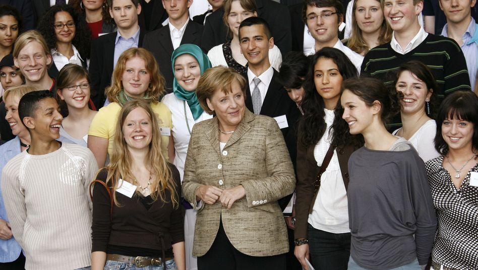 Angela Merkel mit Jugendlichen (Archivbild): Integration als prima Gipfel-Thema