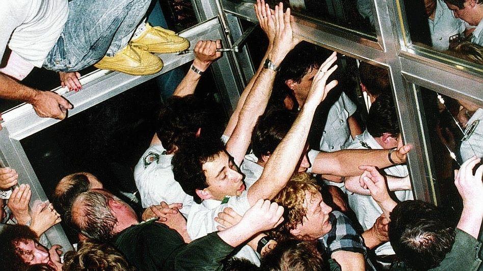 DDR-Bürger vor Bankfiliale in Ost-Berlin am 1. Juli 1990: Politisches Husarenstück