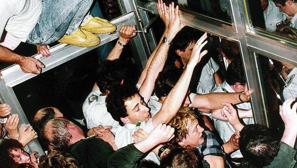 DDR-B??rger vor Bankfiliale in Ost-Berlin am 1. Juli 1990: Politisches Husarenst??ck
