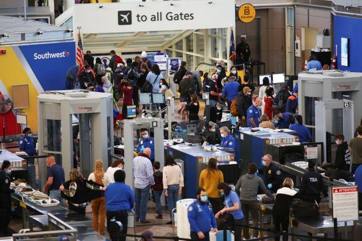 Sicherheitskontrolle am Dienstag in Denver: Die US-Flughäfen haben so viele Passagiere wie seit dem Corona-Ausbruch nicht mehr