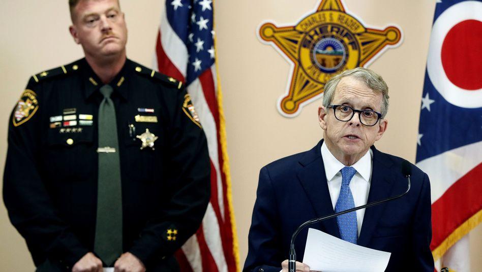 Generalstaatsanwalt Mike DeWine (r.), Sheriff Charles Reader