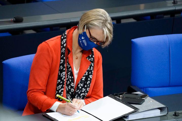Mit Mund-Nasen-Schutz im Bundestag: Bildungsministerin Anja Karliczek