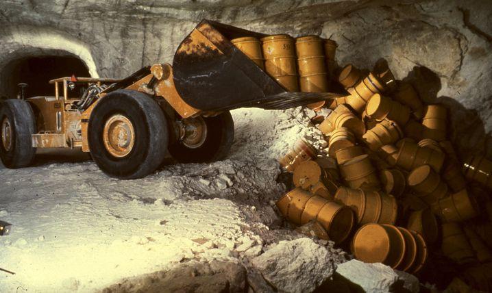 Schachtanlage Asse: Ein Radlader kippt Fässer mit radioaktivem Müll in eine Kammer