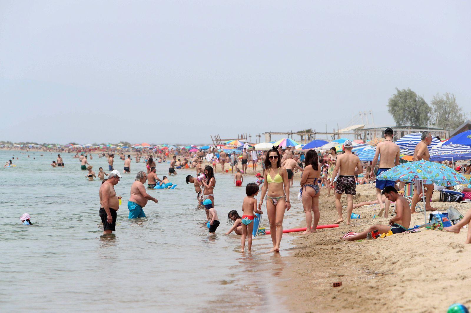 Momentaufnahme vom Potamos-Strand (Paralia Potamos) auf der griechischen Halbinsel Chalkidiki. Hunderte von organisierte
