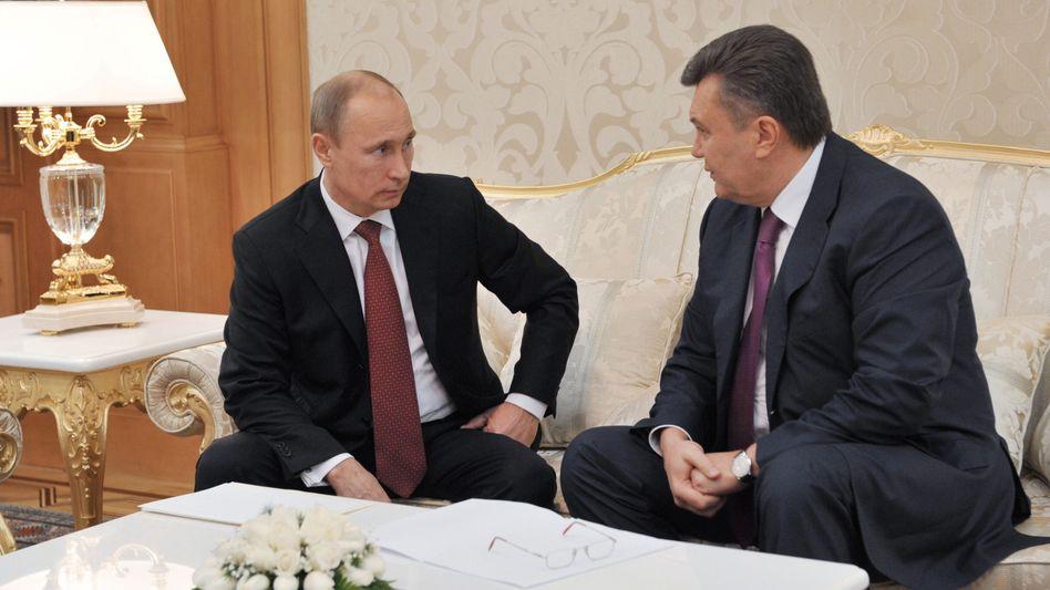 Kreml-Herrscher Putin (l.), ukrainischer Nachbar Janukowitsch (Foto von 2012): Locken und Drohen