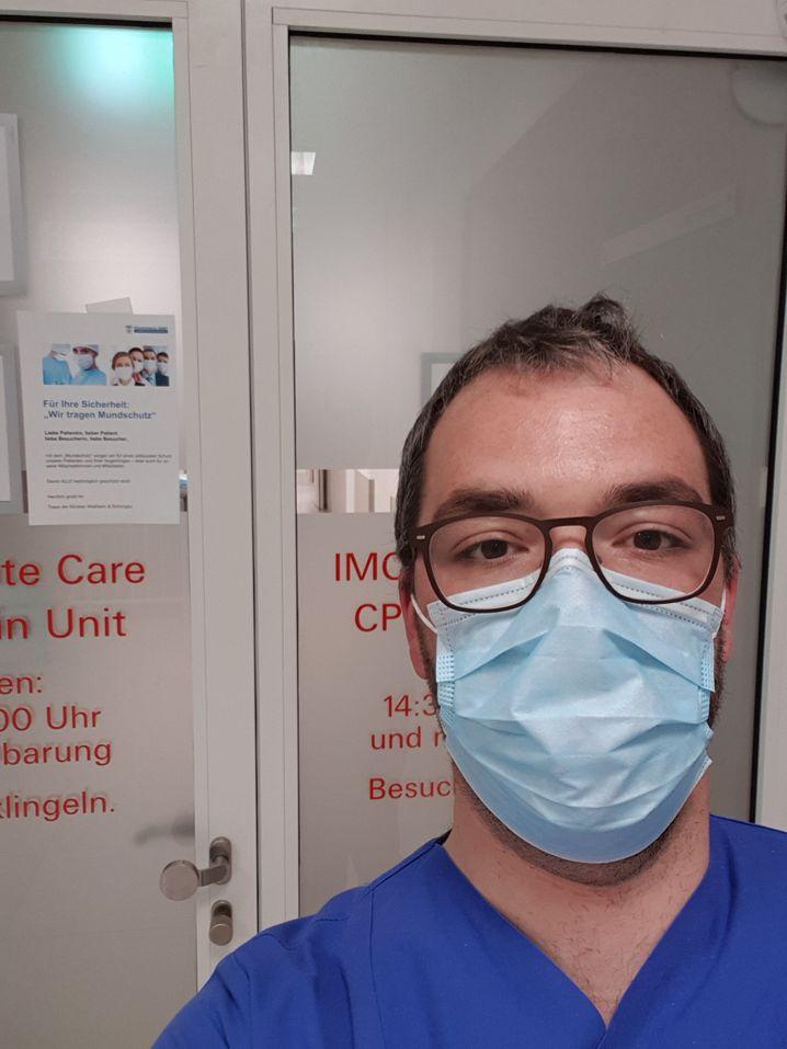 Selfie bei der Arbeit: Andreas Krahl arbeitet auf einer sogenannten Intermediate Care Station