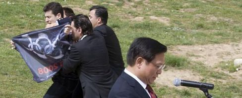Protest mit schwarzer Olympia-Flagge: Pro-Tibet-Aktivisten stören die Rede des Präsidenten des chinesischen Organisationskomitees und werden festgenommen.