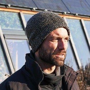 Max Thulé half beim Bau von Deutschlands einzigem Earthship-Haus.