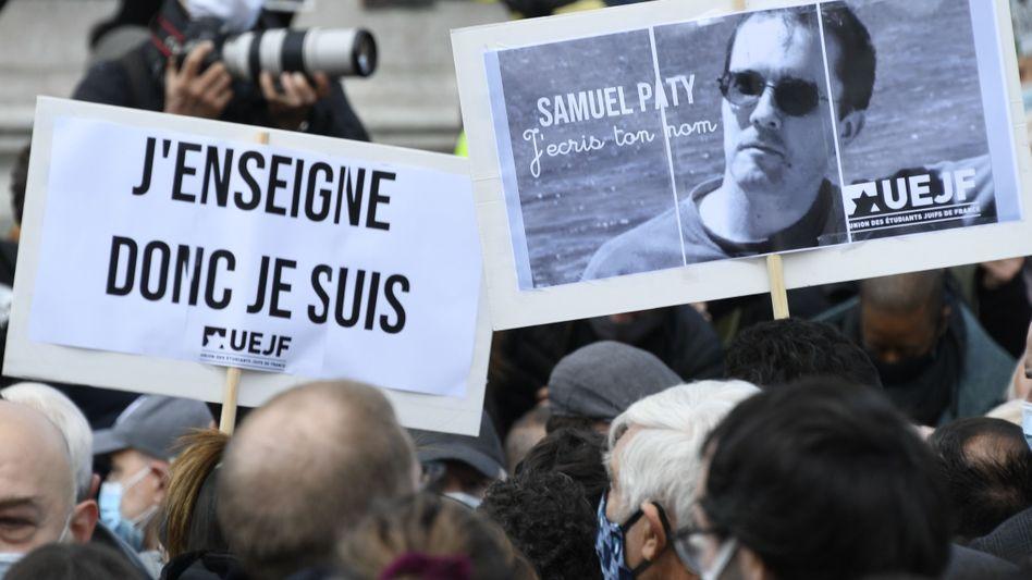 """Demonstranten mit Bild des Getöteten: """"Nicht eine Minute Aufschub für die Feinde der Republik"""""""