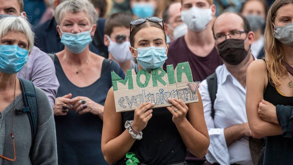 Demonstrierende in Frankfurt fordern die Evakuierung von Geflüchteten aus Lesbos