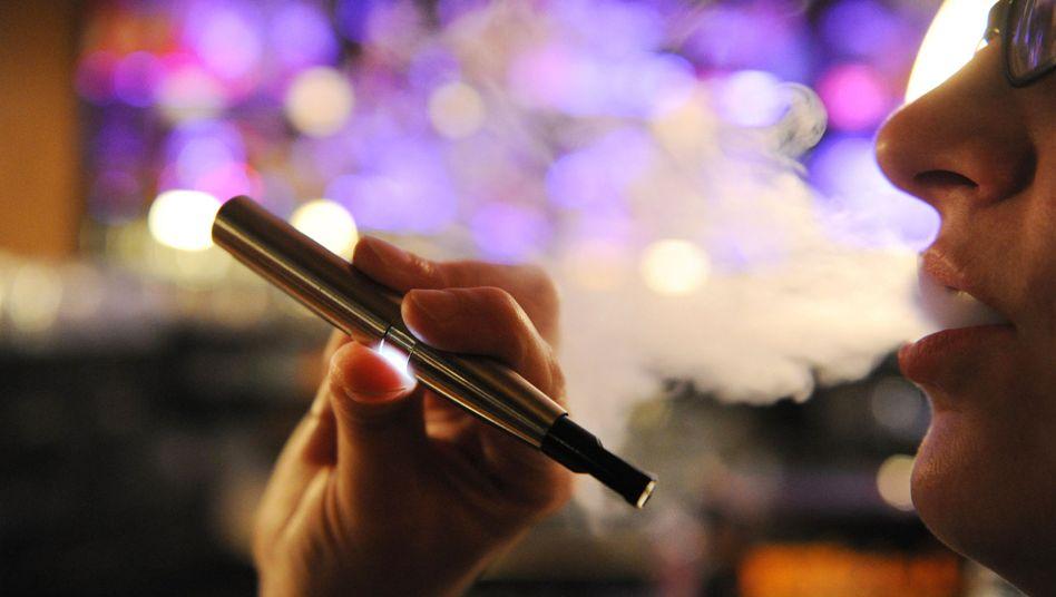 Konsum von E-Zigarette: nicht mit Zigarettenqualm vergleichbar