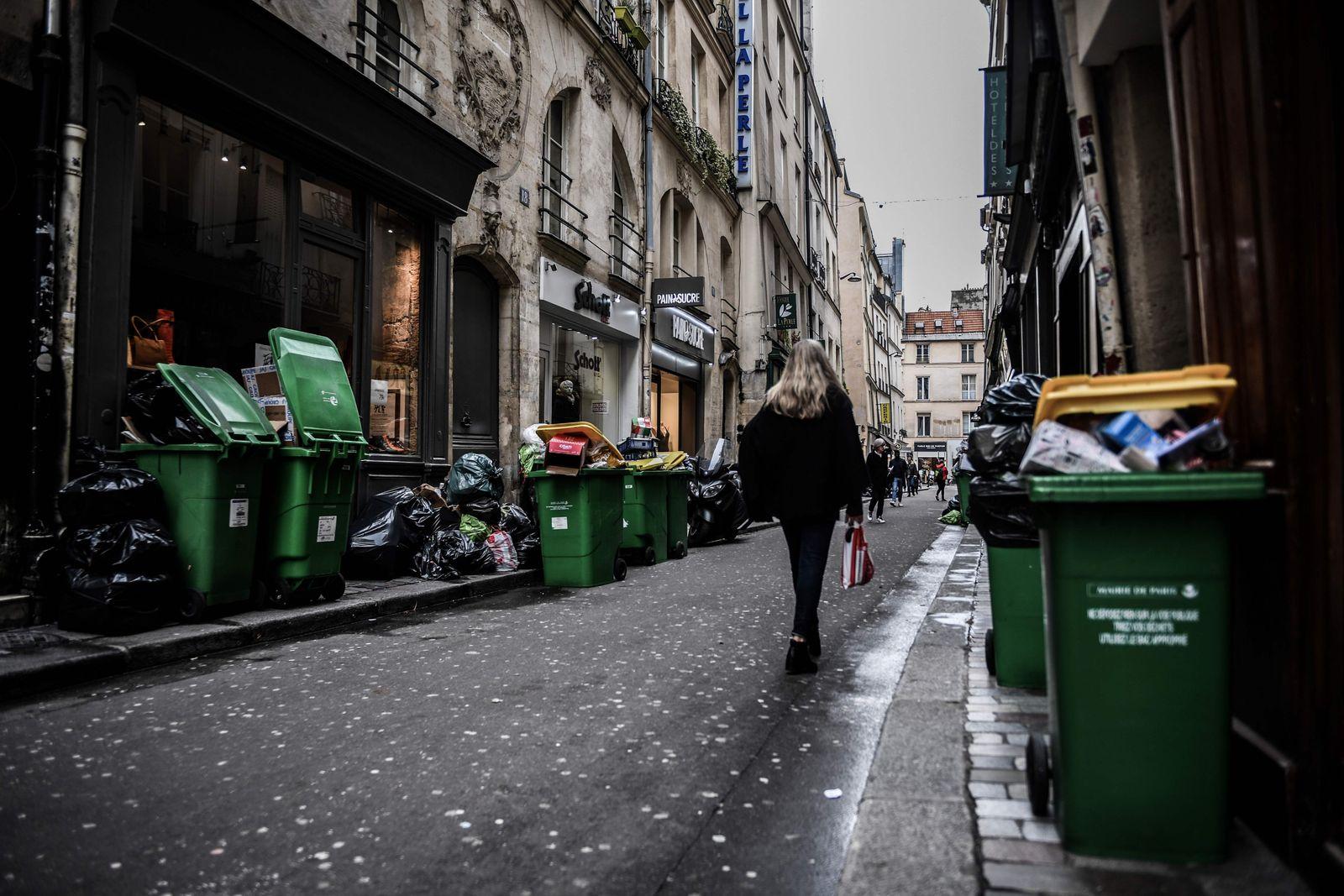 FRANCE-POLITICS-PENSIONS-STRIKE-GARBAGE