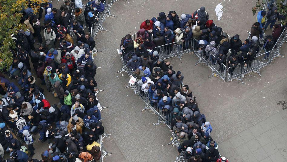 Migranten warten auf die Registrierung in Berlin