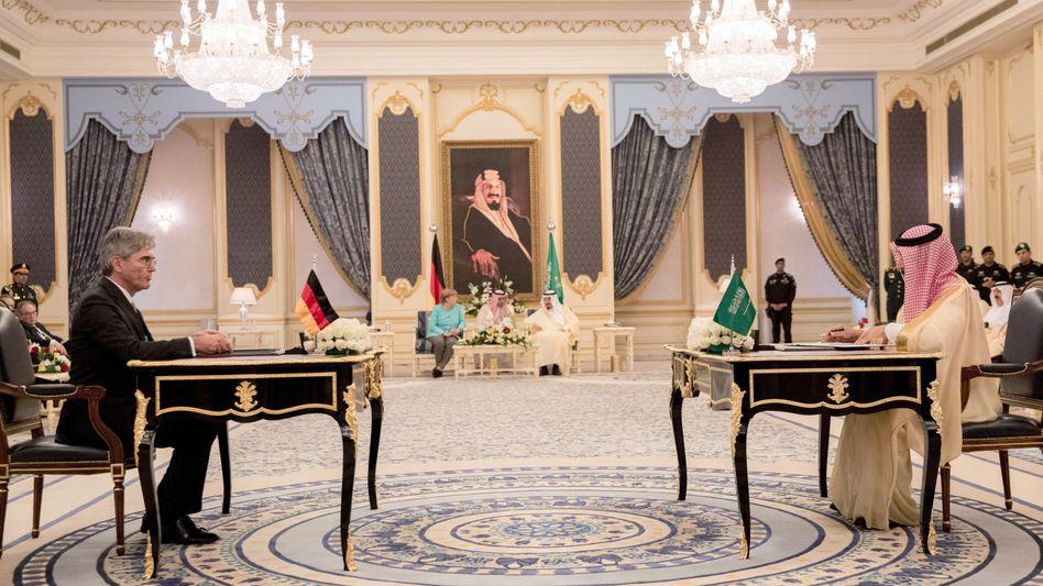 Siemens-Chef Kaeser, Erdölminister Falih (Vordergrund), Kanzlerin Merkel, König Salman (Hintergrund) im April 2017