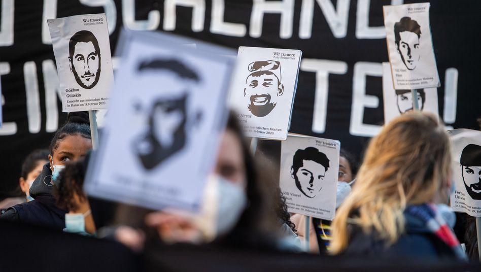 Plakate auf der Demo: »Hanau war kein Einzelfall«