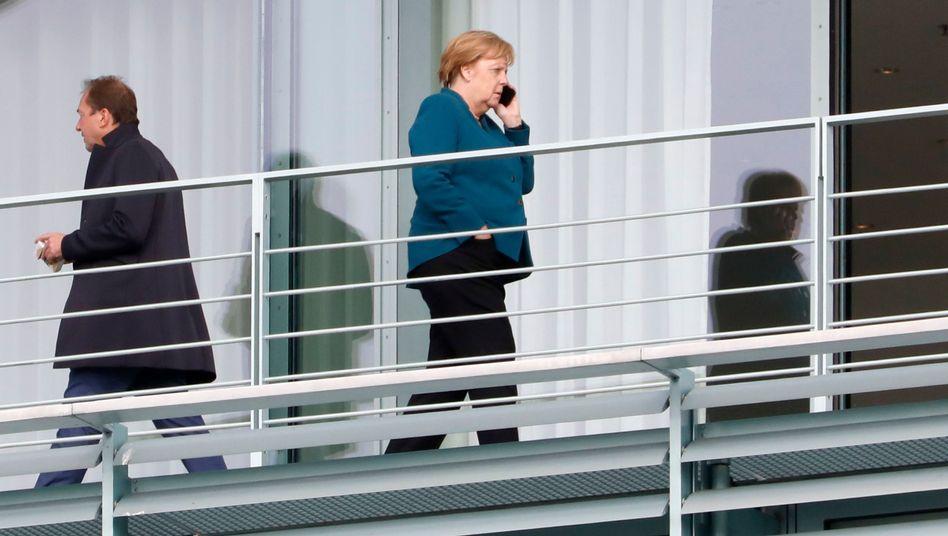 Merkel während einer Sitzungspause