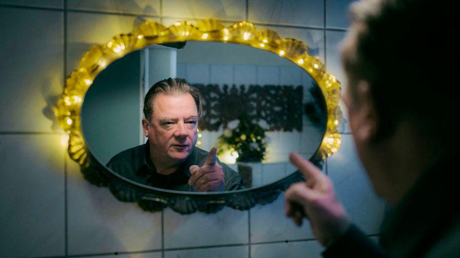 Peter Kurth als Kommissar Koitzsch: »Pornoheft im Bad. Sehr harmlos.«