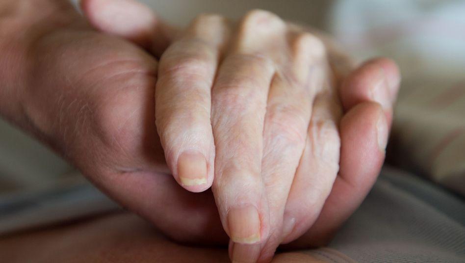 Dürfen Ärzte Patienten in den Tod begleiten, ohne lebensrettende Maßnahmen zu ergreifen?