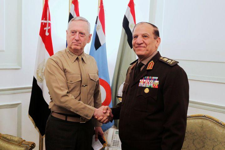 Sami Anan (r.) mit dem heutigen US-Verteidigungsminister James Mattis (2011)