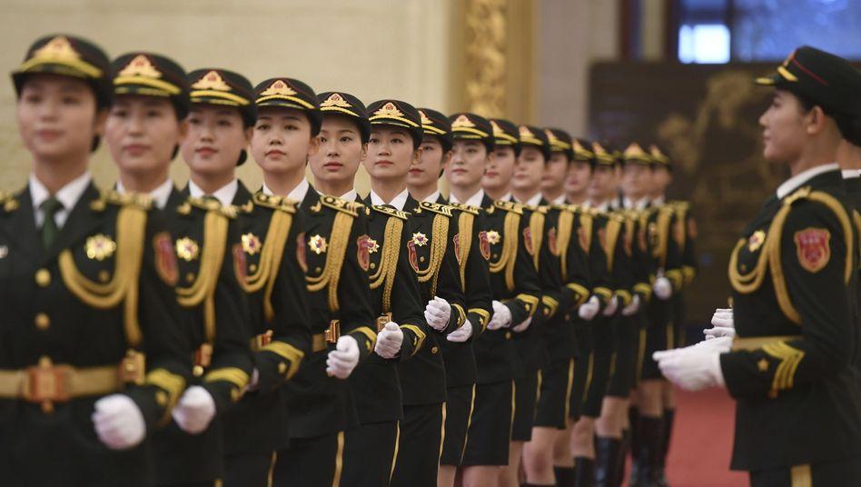 Chinesische Soldatinnen proben in der Großen Halle des Volkes anlässlich der Feierlichkeiten zum Nationalfeiertag