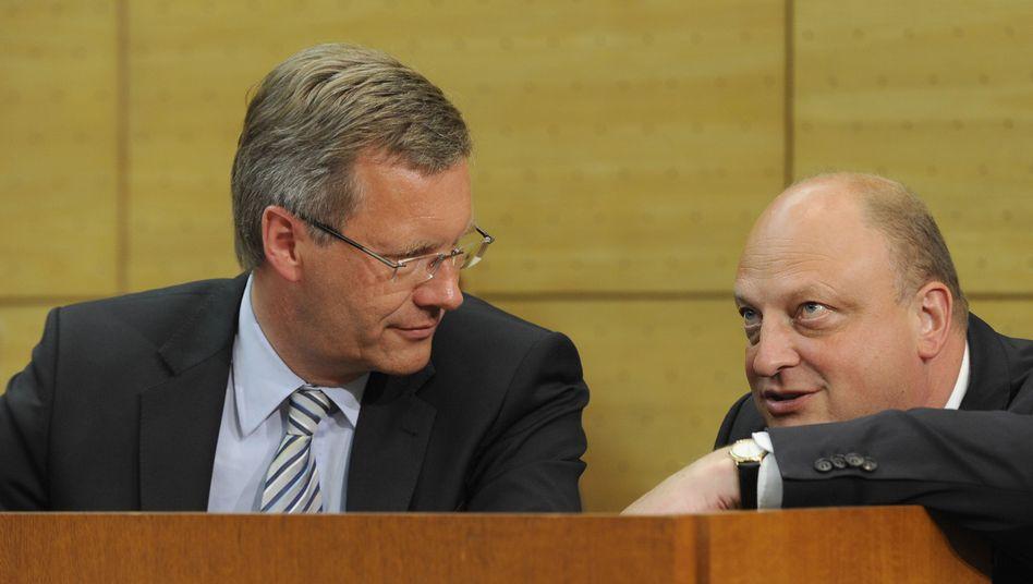 Wulff mit seinem Sprecher Glaeseker (Archivbild aus 2010): Von Aufgaben entbunden
