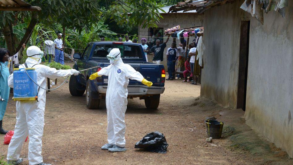 Desinfektion von Mitarbeitern des Roten Kreuzes: Dorfbewohner sind völlig ungeschützt