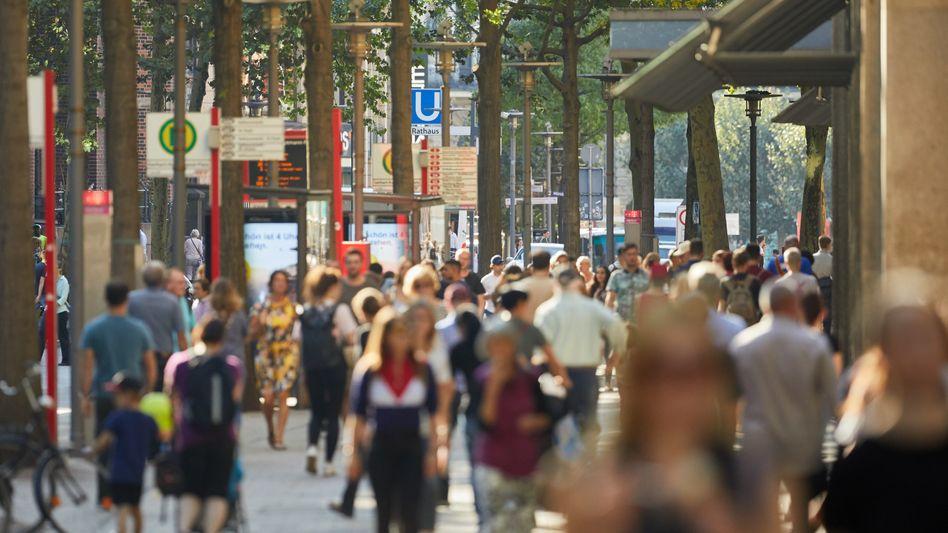Menschen in der Hamburger Innenstadt (Archiv): Die zweite Welle ist da