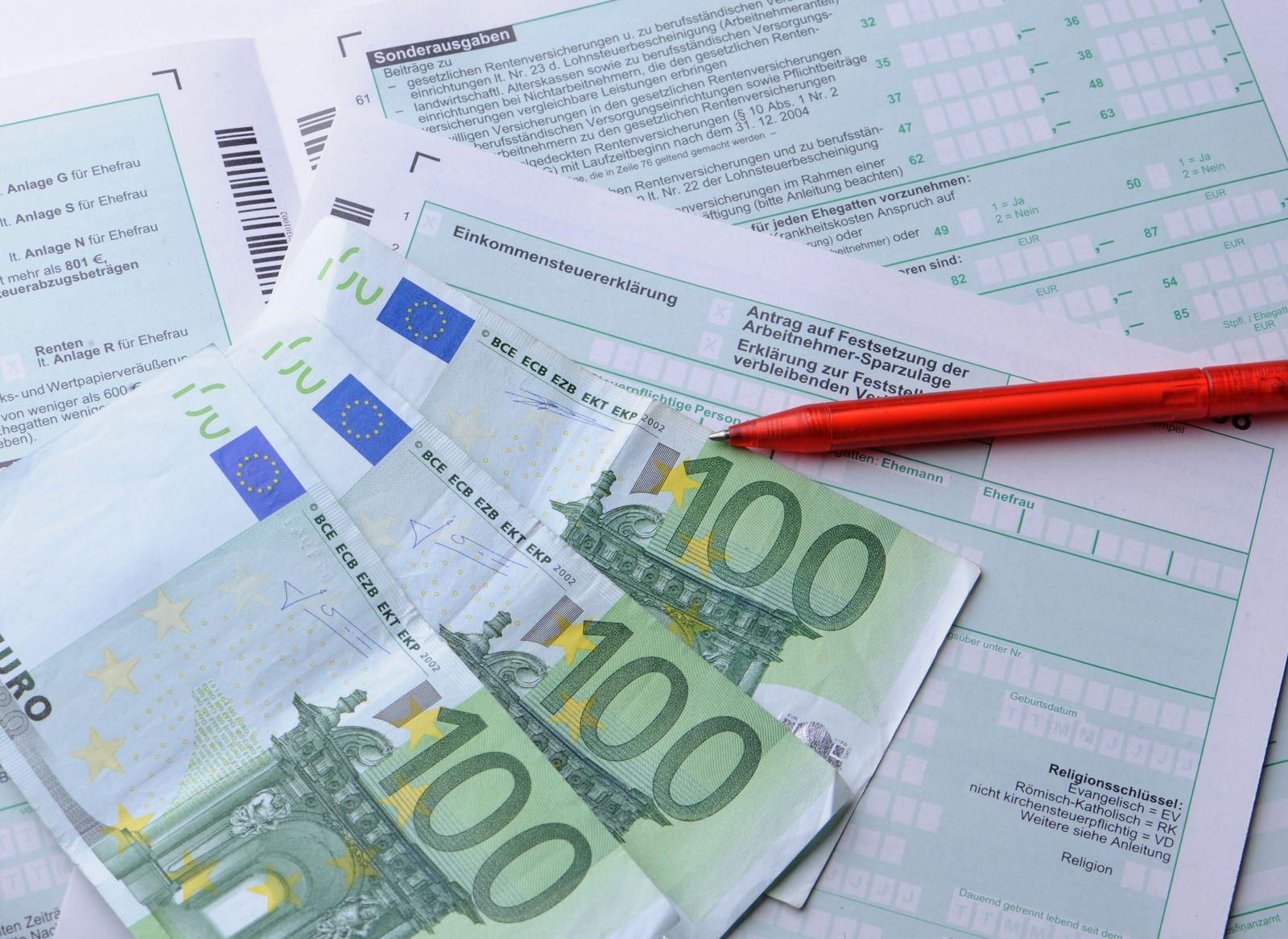 Einkommensteuererklärung / Euroscheine